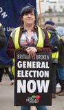 O protestador com o cartaz na Grâ Bretanha quebra-se/eleição geral demonstratio agora em Londres imagens de stock royalty free