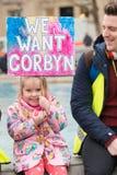 O protestador com o cartaz na Grâ Bretanha quebra-se/eleição geral demonstratio agora em Londres fotografia de stock royalty free