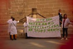 O protesto das enfermeiras na frente da catedral 45 de Sevilha foto de stock