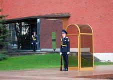 O protetor de honra, Moscovo no túmulo do desconhecido Imagem de Stock Royalty Free