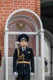 O protetor do soldado na torre de Troitskaya em Moscou, R?ssia foto de stock royalty free