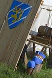 O protetor e o capacete medievais próximo com cavaleiros acampam Imagens de Stock Royalty Free