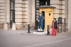O protetor está no dever no palácio real em Éstocolmo, Suécia Fotografia de Stock