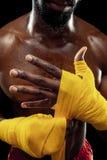 O pugilista afro-americano está envolvendo as mãos com atadura imagem de stock royalty free