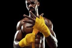 O pugilista afro-americano está envolvendo as mãos com atadura fotos de stock royalty free