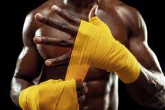 O pugilista afro-americano está envolvendo as mãos com atadura fotografia de stock royalty free
