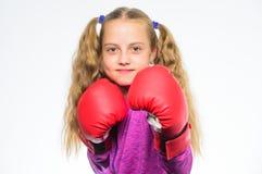 O pugilista da menina sabe se defenda Criança da menina forte com as luvas de encaixotamento que levantam no fundo branco Apronta imagens de stock royalty free