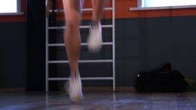 O pugilista do atleta salta em uma corda de salto que aumenta seus joelhos altos Front View vídeos de arquivo