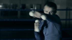 O pugilista no anel treina perfuradores rápidos Preparação para a batalha Fundo escuro video estoque