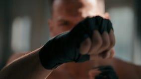 O pugilista pratica perfurar a técnica video estoque
