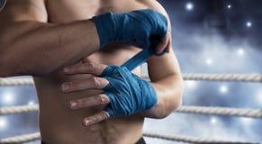 O pugilista puxa a atadura antes da luta ou do treinamento fotografia de stock
