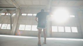 O pugilista treina os músculos com pontapés filme