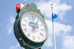 O pulso de disparo análogo clássico no passeio à beira mar da cidade do oceano dá a visitantes o tempo imagem de stock royalty free
