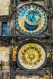O pulso de disparo astronômico de Praga montou na parede do sul da câmara municipal velha na praça da cidade velha fotografia de stock