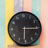 O pulso de disparo do close up para decora na mesa de madeira e na parede da cor pastel textured Imagens de Stock