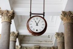 O pulso de disparo em uma colunata, Karlovy varia Imagens de Stock Royalty Free