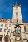 O pulso de disparo ou o Orloj astron?mico de Praga na cidade velha de Praga imagens de stock royalty free