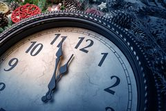 O pulso de disparo de parede em decorações do Natal ou do ano novo é envolvido com ramos do abeto e decorações do Natal No pulso  fotos de stock
