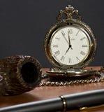 O pulso de disparo, a tubulação, o tabaco e a pena velhos. fotografia de stock