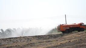 O pulverizador do caminhão da água a moer para protege ocorre poeira vídeos de arquivo