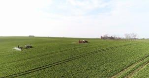 O pulverizador do trator fertiliza no campo com produtos químicos no campo da agricultura video estoque