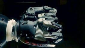 O punho de um braço cybernetic é de aperto e unclenching video estoque