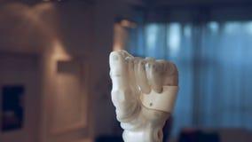 O punho de um braço robótico está apertando acima no ar vídeos de arquivo