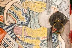 O puxador da porta leão-dado forma está no de madeira velho fotografia de stock royalty free