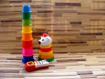 O pyramidmade longo de copos coloridos, móbil, bebê brinca com espaço da cópia Fotografia de Stock Royalty Free