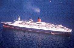 O QE2 navega no porto de New York para a celebração centenária da estátua da liberdade 4 de julho de 1986 Imagens de Stock Royalty Free