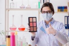 O químico do laboratório que verifica produtos da beleza e de composição imagens de stock royalty free