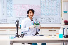 O químico novo que trabalha no laboratório foto de stock royalty free