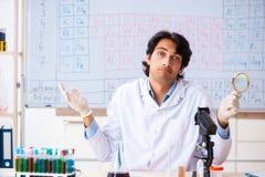O químico novo que trabalha no laboratório fotos de stock