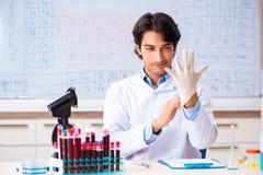O químico novo que trabalha no laboratório fotos de stock royalty free