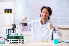 O químico novo que trabalha no laboratório imagem de stock