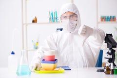 O químico que verifica e que testa pratos plásticos imagens de stock