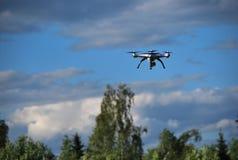 O quadcopter voa no céu Fotografia de Stock Royalty Free