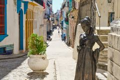 O quadrado bonito do anjo e uma rua colorida em Havana velho imagem de stock royalty free