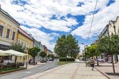 O quadrado da libertação na cidade de Michalovce, Eslováquia Fotografia de Stock