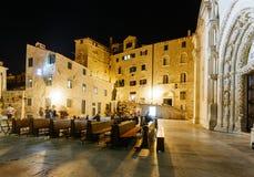 O quadrado da noite na catedral de St James em Sibenik, Croácia fotos de stock royalty free
