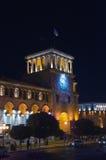 O quadrado da república em Yerevan na noite Torre de pulso de disparo Iluminação da construção Foto de Stock Royalty Free
