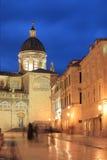 O quadrado de Dubrovnik na noite fotografia de stock royalty free