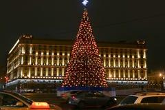 O quadrado 2016 de Lubyanka do desember de Rússia Mscow iluminação na árvore de ano novo e de Natal projeta Imagens de Stock