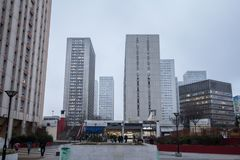 O quadrado de Olympiades no 13o arrondissement em Paris, no distrito asiático, cercado pelo arranha-céus eleva-se Fotografia de Stock Royalty Free