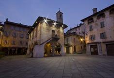 O quadrado de Orta San Giulio na noite Fotografia de Stock Royalty Free