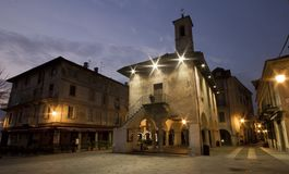 O quadrado de Orta San Giulio na noite Imagens de Stock
