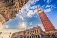 O quadrado de St Mark e a torre Bell em Veneza Italy imagens de stock royalty free