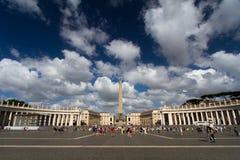 O quadrado de St Peter sob nuvens fabulosas fotografia de stock royalty free