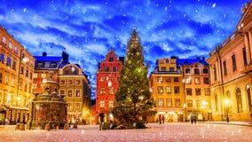 O quadrado de Stortorget decorou ao tempo do Natal na noite, Stockhol fotos de stock