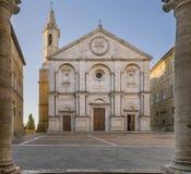 O quadrado do Pio II e o domo de Pienza moldaram pelas colunas da câmara municipal, Siena, Toscânia, Itália imagens de stock